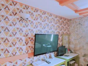Una televisión o centro de entretenimiento en Win Motel