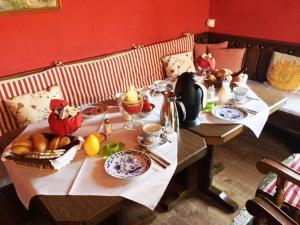 Ein Restaurant oder anderes Speiselokal in der Unterkunft Bäckeralm© - B&B 16 +