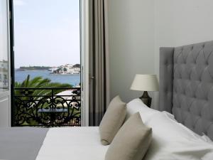 Ένα ή περισσότερα κρεβάτια σε δωμάτιο στο Poseidonion Grand Hotel