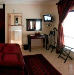 A television and/or entertainment centre at Rustenburg Boutique Hotel