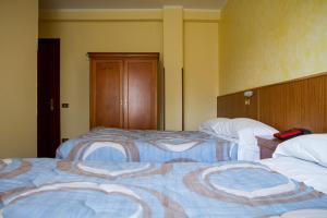 A bed or beds in a room at Hotel Albergo Ristorante La Noce