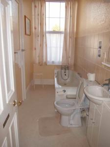 A bathroom at Grisnoir Guest House
