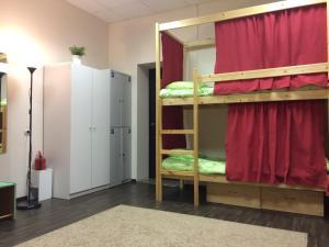 Двухъярусная кровать или двухъярусные кровати в номере Хостел Плюшевый Мишка