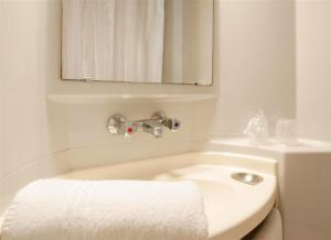 A bathroom at Premiere Classe Mulhouse Sud Morschwiller