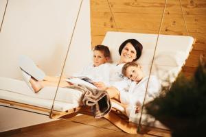 Eine Familie, die in der Unterkunft adler alpen apartments übernachtet