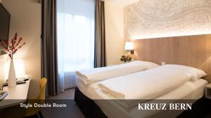 Кровать или кровати в номере Kreuz Bern Modern City Hotel