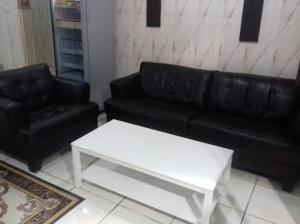 Uma área de estar em Mozn Abha Furnished Units