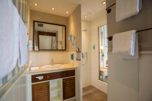 Een badkamer bij 4-Sterne Superior Erlebnishotel Bell Rock, Europa-Park Freizeitpark & Erlebnis-Resort