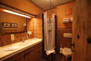 Een badkamer bij 4-Sterne Burghotel Castillo Alcazar, Europa-Park Freizeitpark & Erlebnis-Resort