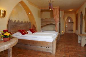 Een bed of bedden in een kamer bij 4-Sterne Burghotel Castillo Alcazar, Europa-Park Freizeitpark & Erlebnis-Resort