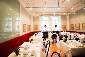 Ein Restaurant oder anderes Speiselokal in der Unterkunft Hotel Uhland