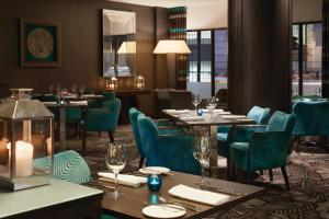 A restaurant or other place to eat at DoubleTree by Hilton London – West End