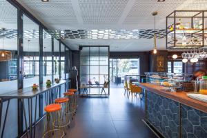 Un restaurante o sitio para comer en Ibis Styles A Coruna