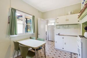 A kitchen or kitchenette at Pet Friendly Beach Cottage @ Ballingalla