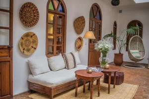 Een zitgedeelte bij Riad Adika & Spa