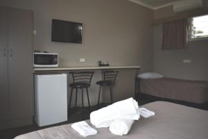 A bed or beds in a room at Mountain View Motel