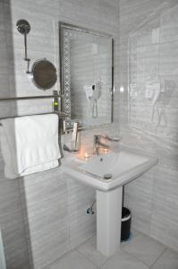 Um banheiro em SHALLY RESIDENCE 2