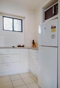 Кухня или мини-кухня в Artesian Spa Motel