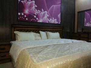 Cama ou camas em um quarto em زهرة المنار 1 للوحدات السكنية