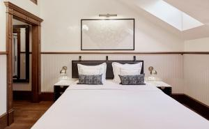 A bed or beds in a room at Callas House