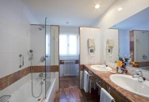 A bathroom at Parador de Las Cañadas del Teide