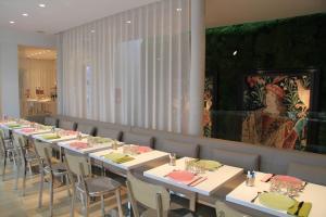 A restaurant or other place to eat at Le César Hôtel
