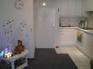 Een keuken of kitchenette bij Zonnig Appartement met Zeezicht