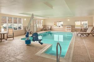 The swimming pool at or near Country Inn & Suites by Radisson, Princeton, WV