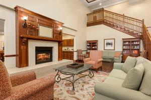 A seating area at Country Inn & Suites by Radisson, Princeton, WV