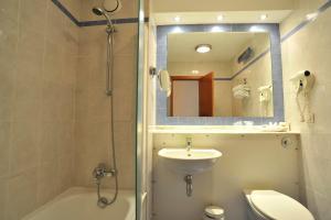 A bathroom at Campanile Hotel Murcia