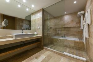 Salle de bains dans l'établissement Privilege Aluxes Adults Only