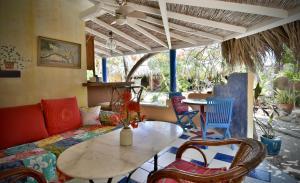 A seating area at Beach House Aruba Apartments