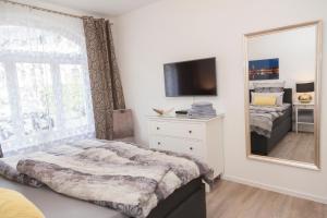 Ein Bett oder Betten in einem Zimmer der Unterkunft Stadtvilla mit Hafenpanorama