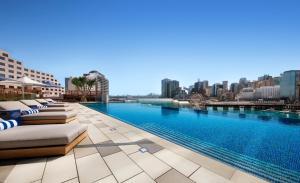 Sofitel Sydney Darling Harbour tesisinde veya buraya yakın yüzme havuzu