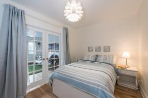 A bed or beds in a room at Gite du Survenant Montreal