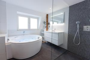 A bathroom at Boutique Hotel Scheepers