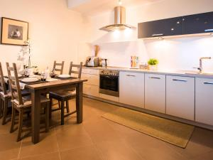 Kuchnia lub aneks kuchenny w obiekcie VacationClub - Olympic Park Apartment B606