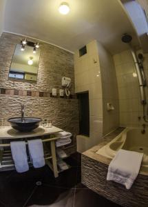 A bathroom at Conde de Lemos Hotel