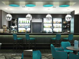 The lounge or bar area at DoubleTree by Hilton London – West End