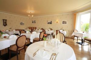 Ein Restaurant oder anderes Speiselokal in der Unterkunft PIEPers Landidyll Hotel