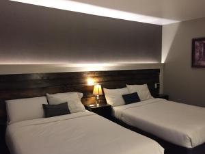 Кровать или кровати в номере Greenside Motel