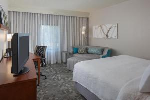 A television and/or entertainment center at Courtyard Orlando International Drive/Convention Center