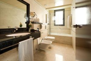 A bathroom at Hotel Sevilla Center