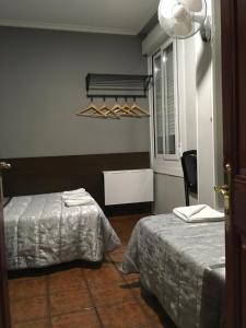 A bed or beds in a room at Pensión La Bilbaina - Albergue Logroño