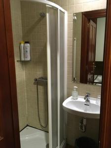 A bathroom at Pensión La Bilbaina - Albergue Logroño