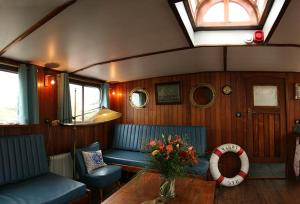 A seating area at Boat 'Opoe Sientje'