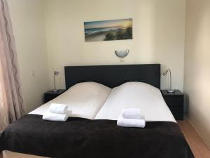 A bed or beds in a room at Hotel Valkenhof
