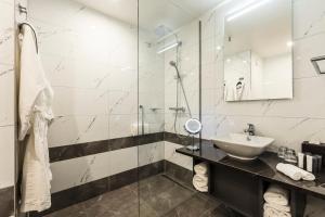 Een badkamer bij Monet Garden Hotel Amsterdam