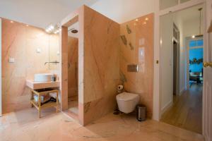 A bathroom at Portas De São Bento Apartments