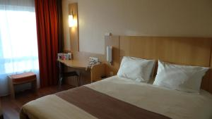 A bed or beds in a room at ibis Antwerpen Centrum